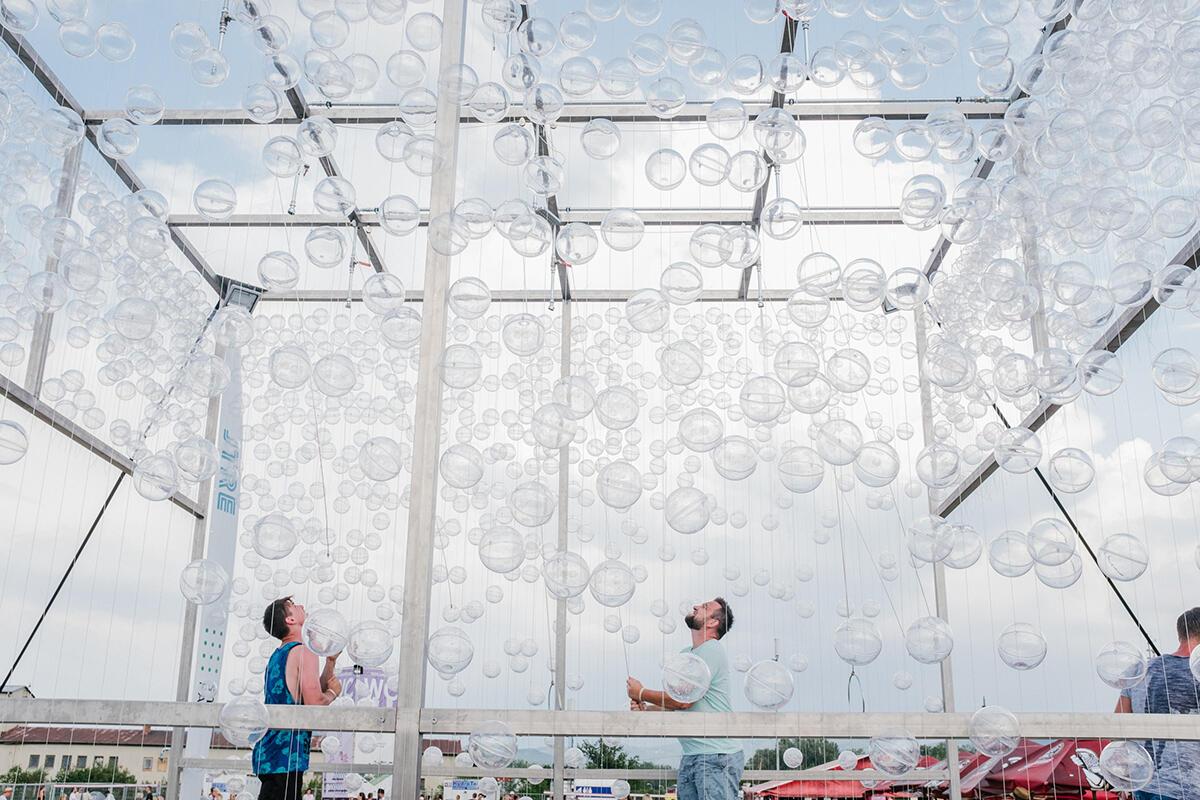 cab1492c82 Letné festivaly často vyrastajú na veľkých plochách bez kúska tieňa. Aj na  augustovom festivale Grape museli organizátori domyslieť príležitosti na ...